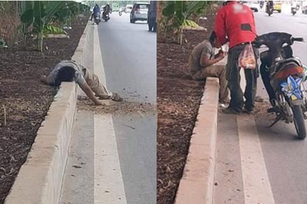 Nhìn thấy người nằm đói lả ở bên đường, tài xế xe ôm đem tặng bánh mỳ cùng chai nước, hành động sau đó càng gây xúc động mạnh