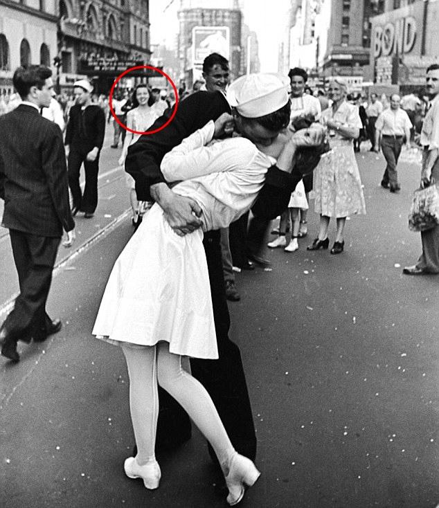 Bức ảnh Nụ hôn ở Quảng trường Thời đại tuyệt đẹp nhưng câu chuyện gây tranh cãi và người phụ nữ phía sau mới thật sự là người tình của nam chính-1