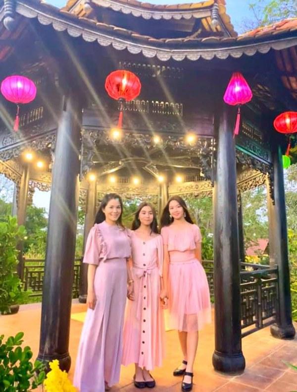 Vợ con MC Quyền Linh mặc đồng phục, Lọ Lem gây xôn xao khi ngày càng giống tượng đài nhan sắc Trương Bá Chi lúc trẻ-1