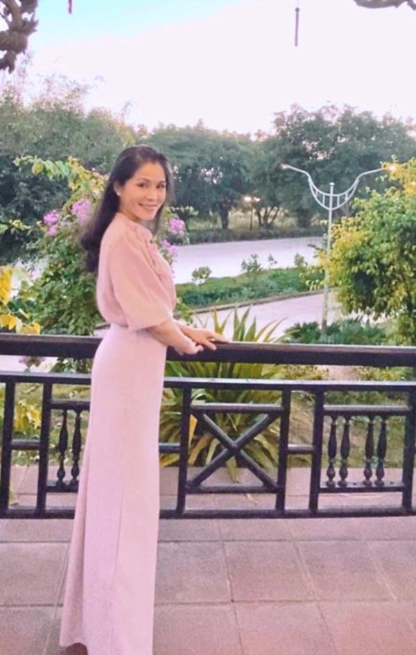 Vợ con MC Quyền Linh mặc đồng phục, Lọ Lem gây xôn xao khi ngày càng giống tượng đài nhan sắc Trương Bá Chi lúc trẻ-3