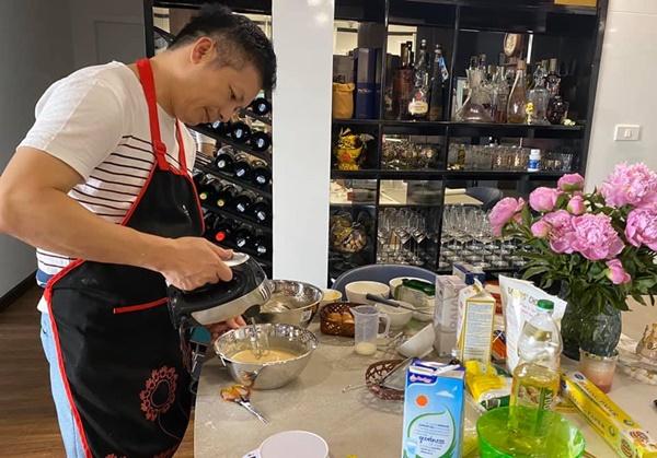 Chiều vợ có số má như Shark Hưng, là doanh nhân có tiếng vẫn tự tay làm bánh sinh nhật cho bà xã, nhìn thành quả ai cũng bất ngờ-2