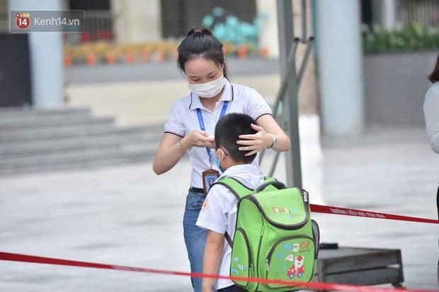 Học sinh mầm non, Tiểu học khóc oà nức nở ngày trở lại trường: Nhớ thầy cô bạn bè nhưng muốn ở nhà với mẹ cơ!-4