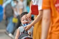Học sinh mầm non, Tiểu học khóc oà nức nở ngày trở lại trường: Nhớ thầy cô bạn bè nhưng muốn ở nhà với mẹ cơ!