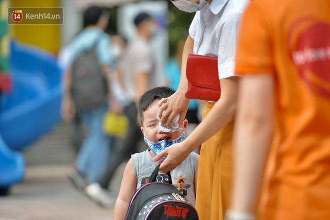 Chùm ảnh giữa thời tiết nắng nóng tháng 5, ông bà cha mẹ đưa con quay lại trường: Liên tục dặn dò phòng dịch, lo lắng nhìn cháu khóc mãi không thôi-2