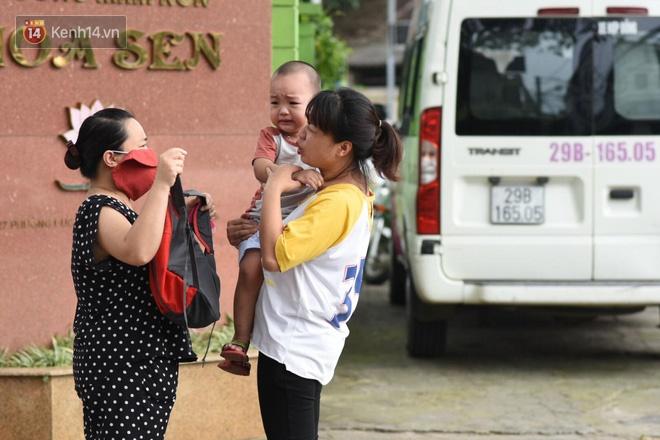 Chùm ảnh giữa thời tiết nắng nóng tháng 5, ông bà cha mẹ đưa con quay lại trường: Liên tục dặn dò phòng dịch, lo lắng nhìn cháu khóc mãi không thôi-3