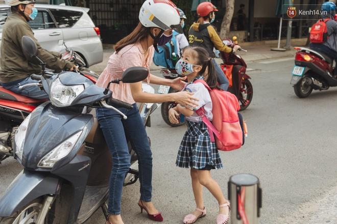 Chùm ảnh giữa thời tiết nắng nóng tháng 5, ông bà cha mẹ đưa con quay lại trường: Liên tục dặn dò phòng dịch, lo lắng nhìn cháu khóc mãi không thôi-4