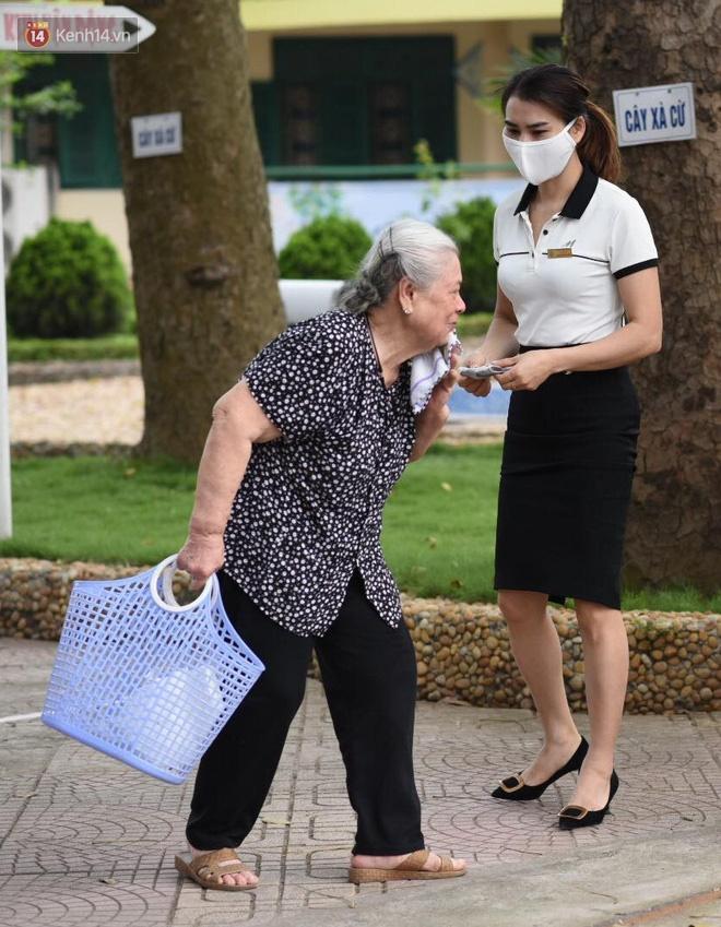 Chùm ảnh giữa thời tiết nắng nóng tháng 5, ông bà cha mẹ đưa con quay lại trường: Liên tục dặn dò phòng dịch, lo lắng nhìn cháu khóc mãi không thôi-8