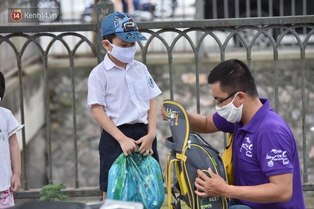 Chùm ảnh giữa thời tiết nắng nóng tháng 5, ông bà cha mẹ đưa con quay lại trường: Liên tục dặn dò phòng dịch, lo lắng nhìn cháu khóc mãi không thôi-9
