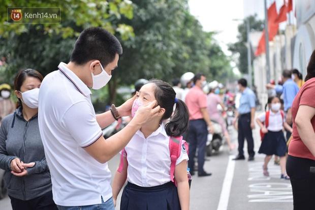 Chùm ảnh giữa thời tiết nắng nóng tháng 5, ông bà cha mẹ đưa con quay lại trường: Liên tục dặn dò phòng dịch, lo lắng nhìn cháu khóc mãi không thôi-11