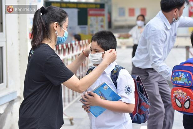 Chùm ảnh giữa thời tiết nắng nóng tháng 5, ông bà cha mẹ đưa con quay lại trường: Liên tục dặn dò phòng dịch, lo lắng nhìn cháu khóc mãi không thôi-12