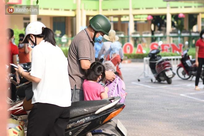 Chùm ảnh giữa thời tiết nắng nóng tháng 5, ông bà cha mẹ đưa con quay lại trường: Liên tục dặn dò phòng dịch, lo lắng nhìn cháu khóc mãi không thôi-14
