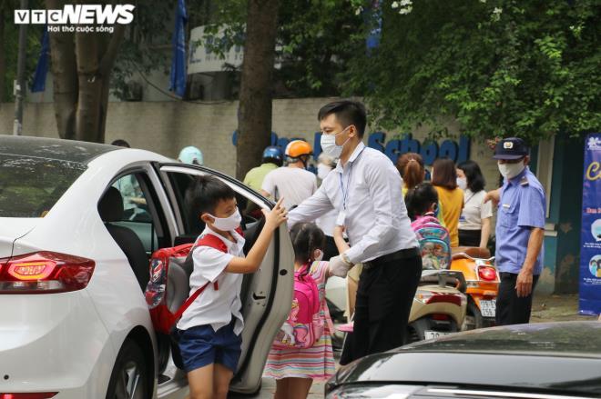 Ảnh: Trường không tổ chức bán trú, phụ huynh chen chúc đón con giữa trưa nắng-4