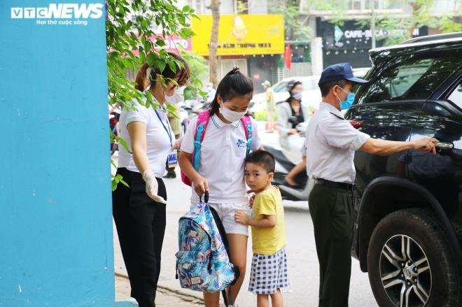 Ảnh: Trường không tổ chức bán trú, phụ huynh chen chúc đón con giữa trưa nắng-6