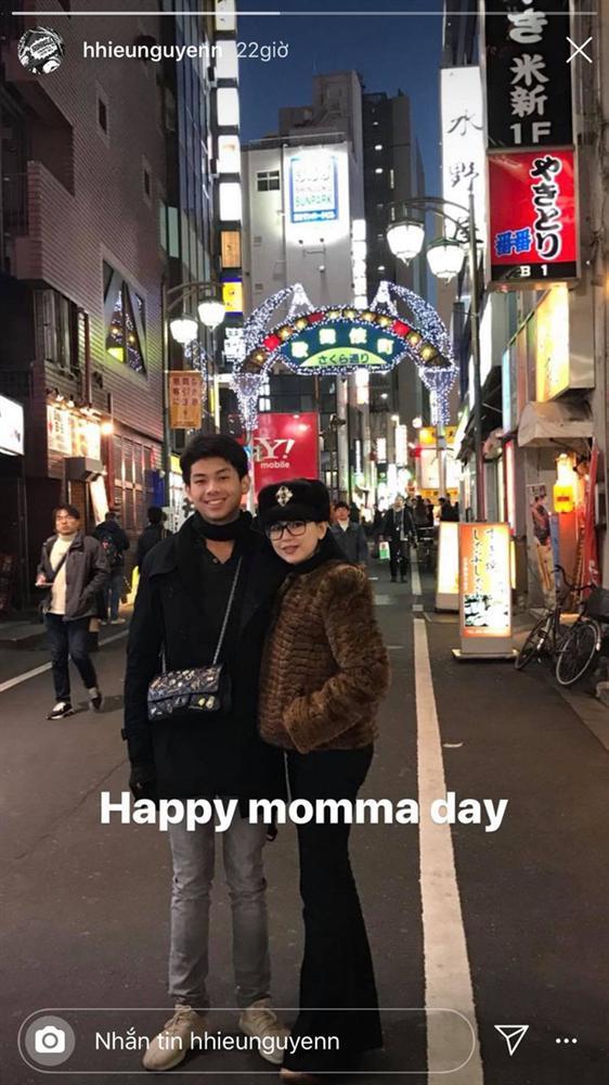 Con trai tỷ phú - Hiếu Nguyễn đeo túi giúp mẹ: Hành động còn hơn nhiều lời nói thương, tinh tế thật sự-1