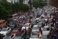 Hà Nội tắc đường kinh hoàng, người dân khổ sở đi làm trong cơn mưa lớn