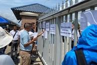 3 tháng nghỉ học vì dịch phải đóng hơn 200 triệu đồng, phụ huynh đội nắng đến trường Quốc tế Mỹ phản ánh nhưng chỉ được đối thoại vài câu qua cổng sắt