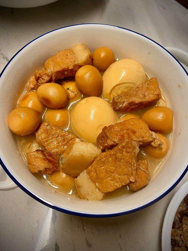 Hơn 30 năm Trấn Thành lần đầu nấu cho bố mẹ thố canh, bố ruột lại rất giỏi nấu nướng-5