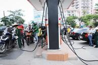 Xếp hàng đổ xăng trước giờ điều chỉnh giá