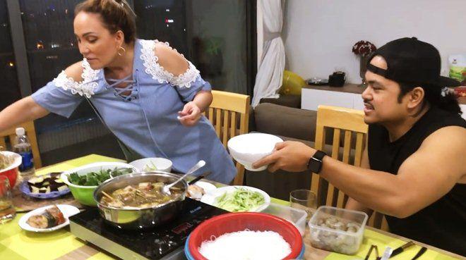 Danh ca Thanh Hà nấu ăn, fan mải ngắm phản ứng của tình trẻ và con gái lai của cô-1