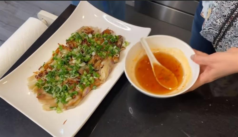 Danh ca Thanh Hà nấu ăn, fan mải ngắm phản ứng của tình trẻ và con gái lai của cô-6