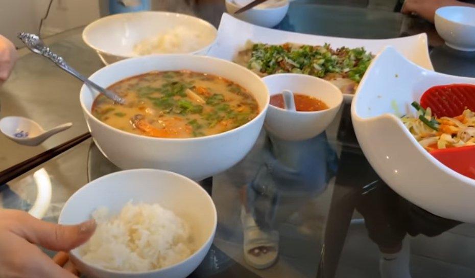 Danh ca Thanh Hà nấu ăn, fan mải ngắm phản ứng của tình trẻ và con gái lai của cô-7