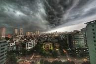 5h chiều bầu trời Hà Nội bất ngờ tối sầm, người đi đường vội vàng về nhà trong cơn mưa giờ cao điểm