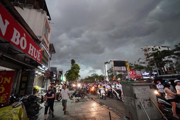 5h chiều bầu trời Hà Nội bất ngờ tối sầm, người đi đường vội vàng về nhà trong cơn mưa giờ cao điểm-2