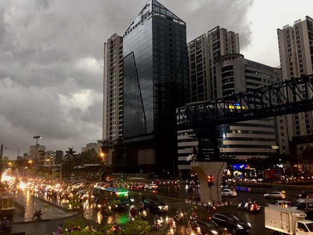 5h chiều bầu trời Hà Nội bất ngờ tối sầm, người đi đường vội vàng về nhà trong cơn mưa giờ cao điểm-9