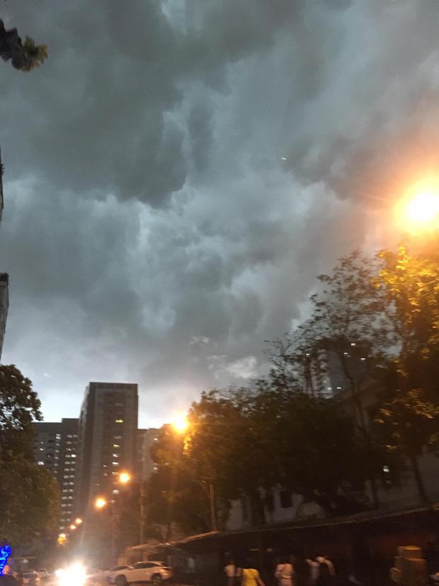 5h chiều bầu trời Hà Nội bất ngờ tối sầm, người đi đường vội vàng về nhà trong cơn mưa giờ cao điểm-4