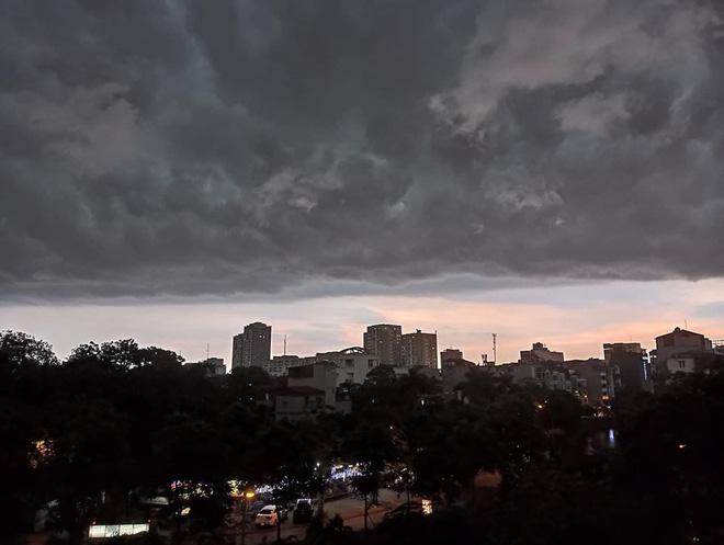 5h chiều bầu trời Hà Nội bất ngờ tối sầm, người đi đường vội vàng về nhà trong cơn mưa giờ cao điểm-5