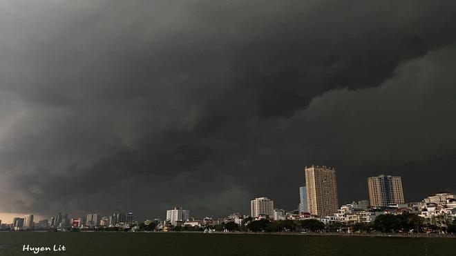 5h chiều bầu trời Hà Nội bất ngờ tối sầm, người đi đường vội vàng về nhà trong cơn mưa giờ cao điểm-6