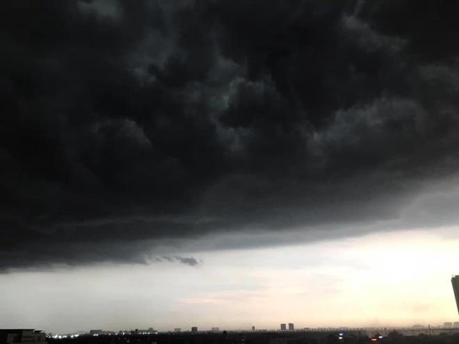 5h chiều bầu trời Hà Nội bất ngờ tối sầm, người đi đường vội vàng về nhà trong cơn mưa giờ cao điểm-7