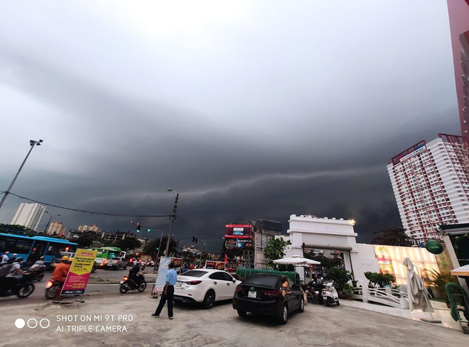 5h chiều bầu trời Hà Nội bất ngờ tối sầm, người đi đường vội vàng về nhà trong cơn mưa giờ cao điểm-8