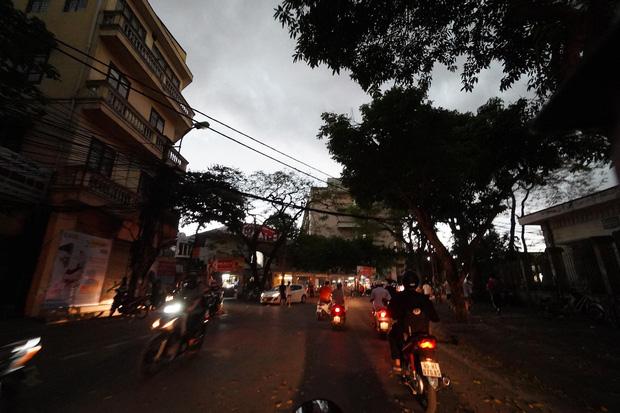 5h chiều bầu trời Hà Nội bất ngờ tối sầm, người đi đường vội vàng về nhà trong cơn mưa giờ cao điểm-13