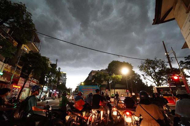 5h chiều bầu trời Hà Nội bất ngờ tối sầm, người đi đường vội vàng về nhà trong cơn mưa giờ cao điểm-14