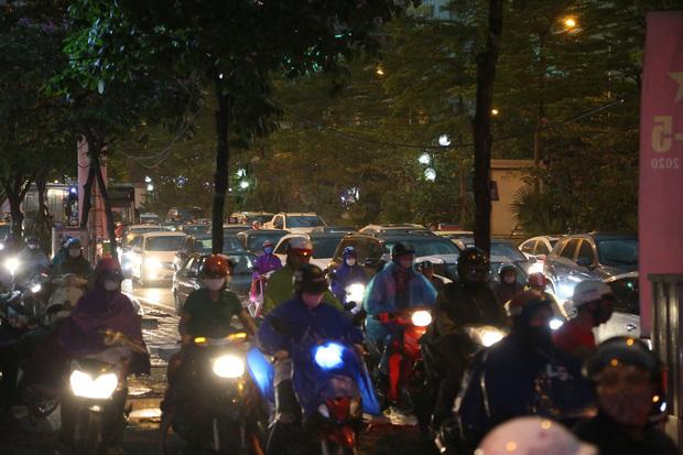 5h chiều bầu trời Hà Nội bất ngờ tối sầm, người đi đường vội vàng về nhà trong cơn mưa giờ cao điểm-15