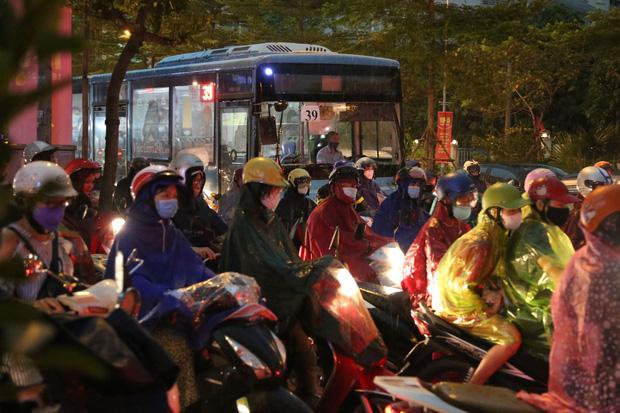 5h chiều bầu trời Hà Nội bất ngờ tối sầm, người đi đường vội vàng về nhà trong cơn mưa giờ cao điểm-17