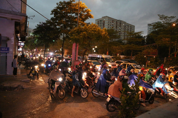 5h chiều bầu trời Hà Nội bất ngờ tối sầm, người đi đường vội vàng về nhà trong cơn mưa giờ cao điểm-18
