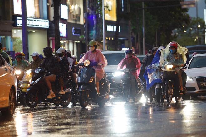 5h chiều bầu trời Hà Nội bất ngờ tối sầm, người đi đường vội vàng về nhà trong cơn mưa giờ cao điểm-19