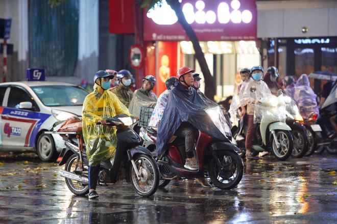 5h chiều bầu trời Hà Nội bất ngờ tối sầm, người đi đường vội vàng về nhà trong cơn mưa giờ cao điểm-21