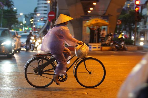 5h chiều bầu trời Hà Nội bất ngờ tối sầm, người đi đường vội vàng về nhà trong cơn mưa giờ cao điểm-23