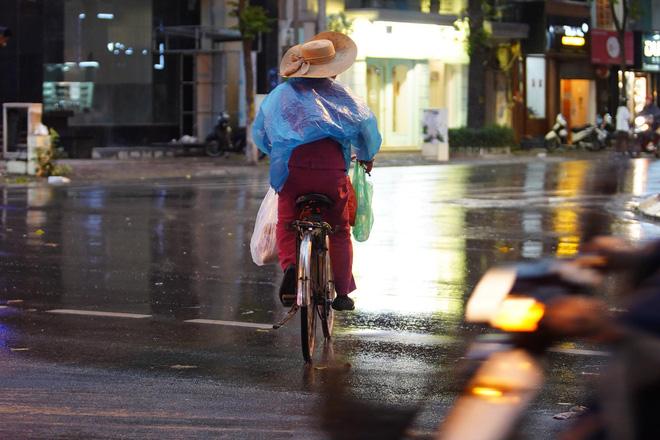 5h chiều bầu trời Hà Nội bất ngờ tối sầm, người đi đường vội vàng về nhà trong cơn mưa giờ cao điểm-24