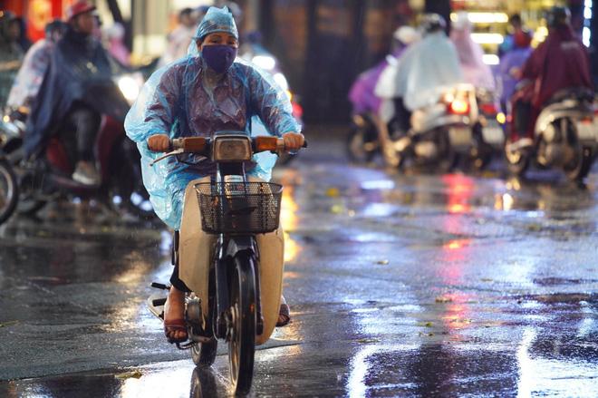 5h chiều bầu trời Hà Nội bất ngờ tối sầm, người đi đường vội vàng về nhà trong cơn mưa giờ cao điểm-25