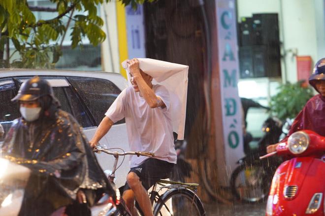 5h chiều bầu trời Hà Nội bất ngờ tối sầm, người đi đường vội vàng về nhà trong cơn mưa giờ cao điểm-27