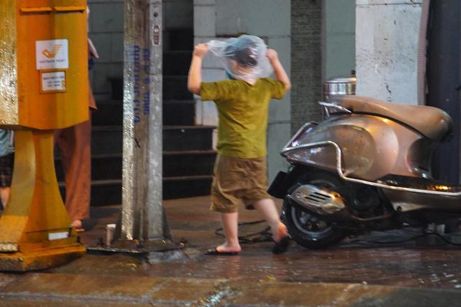 5h chiều bầu trời Hà Nội bất ngờ tối sầm, người đi đường vội vàng về nhà trong cơn mưa giờ cao điểm-28