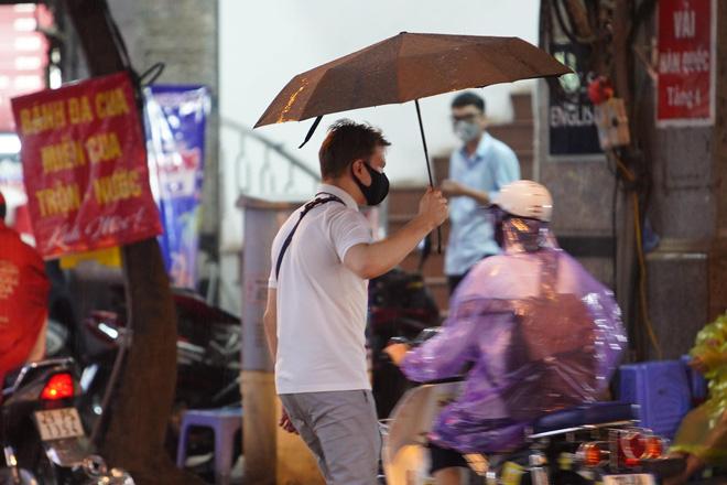 5h chiều bầu trời Hà Nội bất ngờ tối sầm, người đi đường vội vàng về nhà trong cơn mưa giờ cao điểm-29