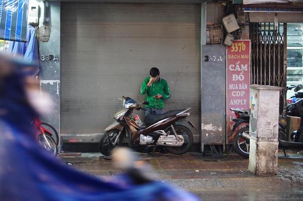 5h chiều bầu trời Hà Nội bất ngờ tối sầm, người đi đường vội vàng về nhà trong cơn mưa giờ cao điểm-31