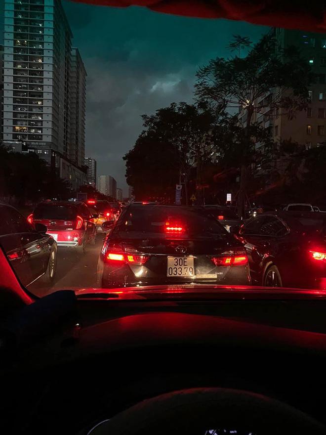 Đường phố Hà Nội tắc cứng trong cơn mưa lớn, đường Lê Văn Lương thất thủ-1