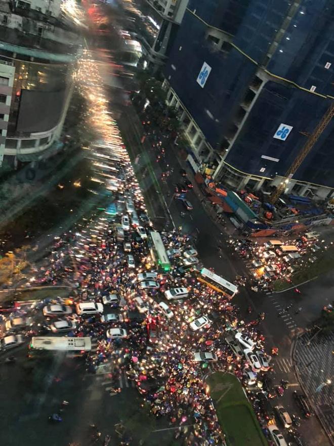 Đường phố Hà Nội tắc cứng trong cơn mưa lớn, đường Lê Văn Lương thất thủ-3