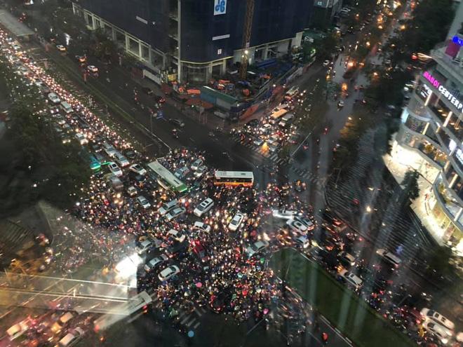 Đường phố Hà Nội tắc cứng trong cơn mưa lớn, đường Lê Văn Lương thất thủ-4